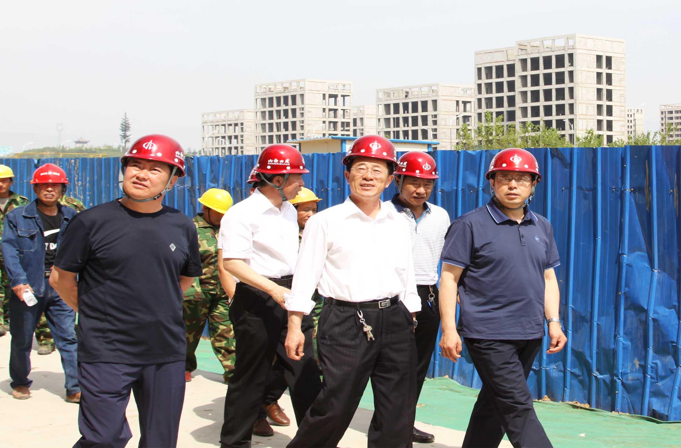 市住建局徐玉春副调研员在安全演练现场视察